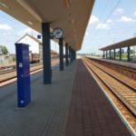 Kisújszállás-Püspökladány vasúti vonalszakasz átépítésénél Karcag állomás peron és életvédelmi kerítés építési munkálatok